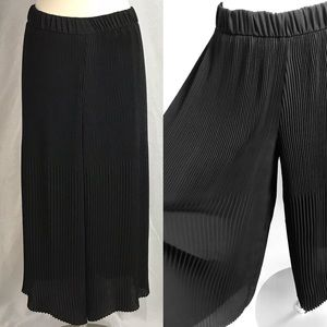 EUC✨ZARA Trafaluc Pleated Culottes Black M